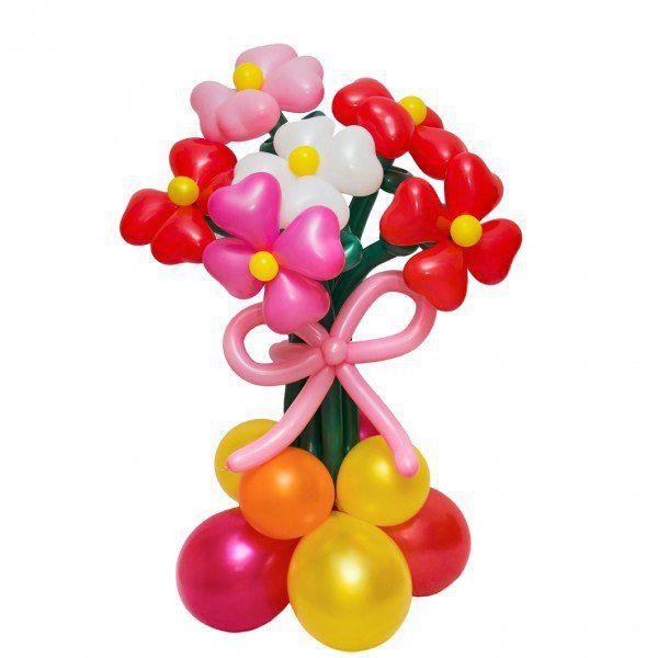 Букет цветов из шаров на клумбе