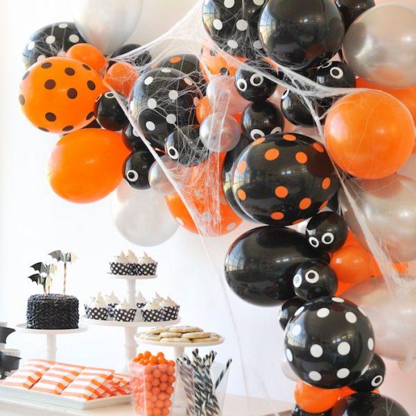 Гирлянда из шаров на Хеллоуин с паутинкой